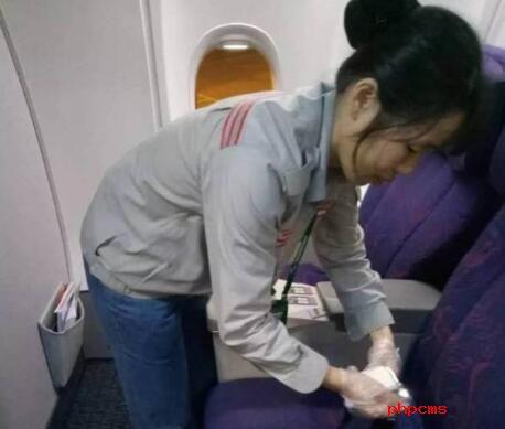 机场清洁工捡获天价袜  5800美金全数上交公安拾金不昧获赞