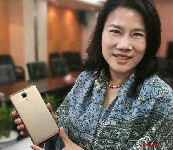 董明珠回应员工用格力手机:有意见你也可以给员工送一台手机啊!