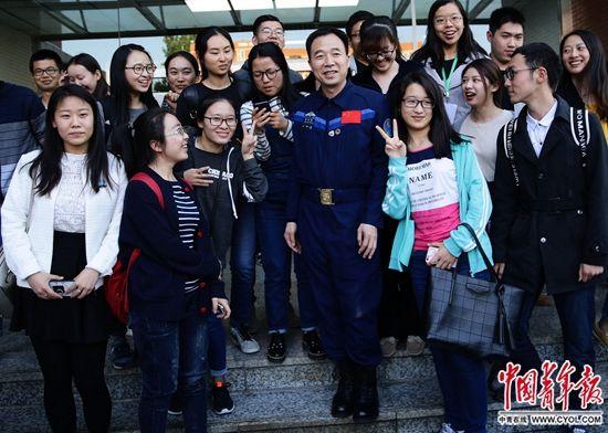 英雄航天员景海鹏与大学生对话