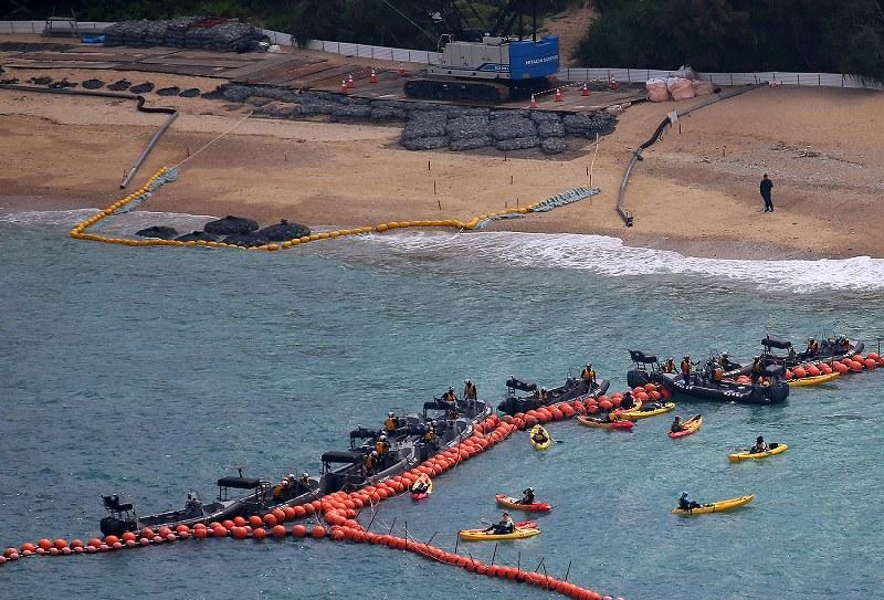 日本填海为美军建基地 民众乘坐皮划艇与警方对峙
